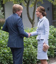 Gente como a gente: Kate Middleton surge com saia amassada em visita oficial a Holanda