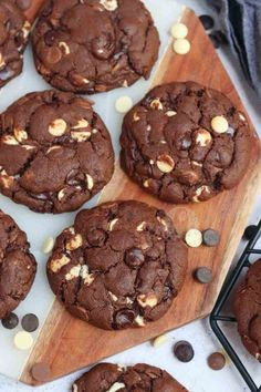 Giant Gooey Triple Chocolate NYC Cookies based on the famous Cookies from New York City! Chocolate Cookie dough with White, Milk and Dark Chocolate Chips! Cupcake Recipes, Baking Recipes, Cookie Recipes, Dessert Recipes, Desserts, Triple Chocolate Cookies, Almond Cookies, Oreo Cookies, Recipes