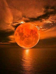 C'est la lune rousse que certains astrologues utilisent en captant ses rayonnements pour faire de la magie blanche ou noire.