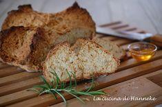 Questo è un pane senza lievito, il cosiddetto soda-bread di origine irlandese. Viene fatto con il bicarbonato di sodio ed è pronto in 45 minuti!