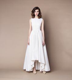 Sukienka uszyta z bawegi, nowoczesnej tkaniny ubraniowej z delikatnym połyskiem z dwóch stron. Materiał jest przyjemny w dotyku, przypomina bawełnę, jest oddychający. Tkanina jest plastyczna dzięki zastosowaniu wysokoskrętnych włókien poliestrowych. Zapamiętuje kształty oraz zagniecenia, które można rozprostować ręką, stąd bywa nazywana memory. 95% poliester. 5% lycra.     Podszewka wiskozowa (100%)   Tiul sztywny, 100% nylon.     Długość spódnicy z tyłu 115 cm, z przodu 80 cm.     Prać…