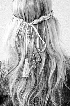 See more about festival hair, hair accessories and braided headbands. Hippie Style, Look Hippie Chic, Hippy Chic, Boho Chic, Boho Style, Hippie Boho, Hippie Life, Bohemian Summer, Beach Hippie