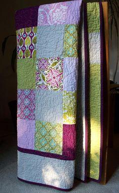 Couleurs prune riche combinent et contrastent avec des nuances plus fraîches de roses et verts pour un patchwork simple mais moderne. Photos ne pas cette justice de courtepointe en ce qui concerne les couleurs magnifiques ! Utilisez-le sur votre canapé avec un copain de douillet, ou comme un couvre-lit pour un lit jumeau-classé. Il pende au dos de votre chaise canapé ou favorite pour un affichage agréable de couleurs. Taille à 58 x 70.    Fait pour durer ! Les tissus sont des tirages plus…