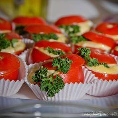 Een heerlijk hartig hapje, zonder gluten en lactose. Tomaatjes vullen met een romige en lekker kruidige eiersalade. Gegarandeerd een hit op je feestje!