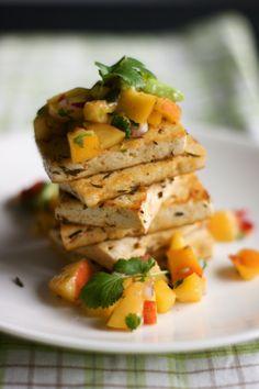 Chilitofua ja nektariini-avokadosalsaa (vege)
