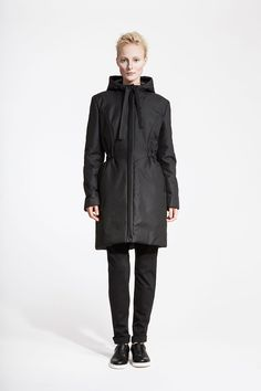 modelka oblecena do cerne zimni bundy s kapuci