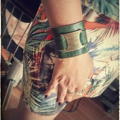 Bracelete Couro verde/ouro velho vendas: whatsapp: 317300-4489 http://instagram.com/petalasdemaria
