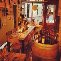 Wijnbar Zafvino in Arnhem. Tafels van oud eiken wagonplanken