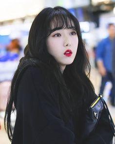 Gfriend-SinB 181022 Gimpo Airport to Japan Kpop Girl Groups, Kpop Girls, Sinb Gfriend, Fan Picture, Idole, Summer Rain, G Friend, Celebs, Celebrities