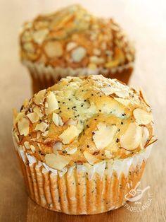 Muffins marzipan, poppy seeds and almonds - Cercate un'idea appetitosa per una merenda o un dopocena? I Muffins di marzapane, semi di papavero e mandorle sono quello che ci vuole! Golosissimi!