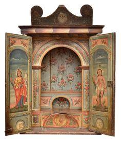 Magnifico oratório de embutir em madeira policromado, encimado por representação afro- brasileira, p