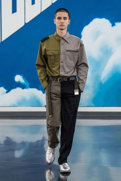 The complete Gosha Rubchinskiy Fall 2018 Menswear fashion show now on Vogue Runway. Mens Fashion 2018, Best Mens Fashion, Fashion Online, Fashion Show, Fashion Outfits, Fashion Design, Fashion Trends, Vogue Fashion, Live Fashion