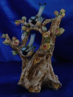Coppia di Uccellini su tronco manifattura Capodimonte. Articoli disponibili all'acquisto presso il nostro Laboratorio Artistico.