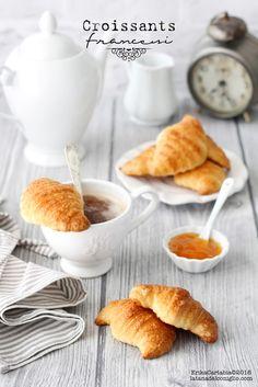 La ricetta dei croissant francesi , giace già da molto tempo tra le pagine del mio taccuino. Per mancanza di tempo, ma soprattutto di co...