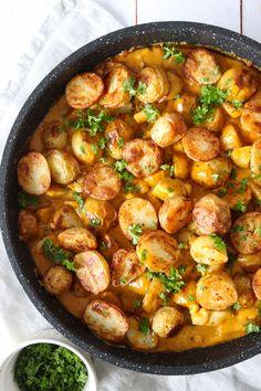Kylling Og Kartofler I Whiskysauce - Lækker Aftensmad Cooking Recipes, Healthy Recipes, Dinner Is Served, Food Inspiration, Italian Recipes, Chicken Recipes, Food Porn, Dinner Recipes, Good Food