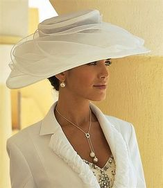 Cream Kentucky Derby Hat Classic style I do like hats Fascinator Hats, Fascinators, Headpieces, Fancy Hats, Big Hats, Stylish Hats, Kentucky Derby Hats, Church Hats, Elegant Woman