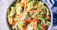 Coleslaw on mainion mehevä lisuke, joka sopii niin grilliruokien kaveriksi kuin hampurilaisen väliin. Testaa tästä ihana coleslaw-salaatti!