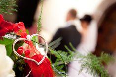 Zu einer Hochzeit gehört der Polterabend. Immer mehr Paare brechen mit der Tradition und legen kurzerhand die beiden Feierlichkeiten zusammen. Das Ergebnis ist die Polterhochzeit, eine perfekte Lösung für ein Brautpaar, das nicht ganz so förmlich heiraten mag. Die Feier ist eher wie eine ausgelassene Partynacht konzipiert. Wenn ordentlich gefeiert und gepoltert wird, darf für die gute Stimmung ein professioneller DJ natürlich nicht fehlen. Invitation Paper, Invitation Design, Invitations, Caprese Salad, Dj, How To Make, Wedding, Free, Good Vibes