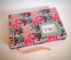 Caderno com costura japonesa em fita de cetim. Acabamento em ilhós.