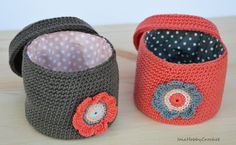 MADE TO ORDER, please allow 5-7 business days before delivery.  Crochet storage box with lid.  This little box is perfect to hold little items: use it to store jewelry, cosmetics, keys or other everyday items. This box is totally hand crocheted by me in 100% cotton yarn, in this case grey and dark coral, lined with a contrasting cotton fantasy fabric and decorated with a crochet flower which incorporates the colors of the inner lining.  I could change the color of the lining depending on…