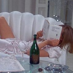 Your Friday mood today? 1 or 🥂🥃 . Classy Aesthetic, Retro Aesthetic, White Aesthetic, Grunge Look, Grunge Style, Cybill Shepherd, From Dusk Till Down, Living Alone, My Vibe