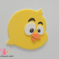 Aplique cabeça Pintinho Amarelinho EVA Art N Craft, Baby Shower, Rubber Duck, Wood Design, Tweety, Pikachu, Projects To Try, Easter, Pillows