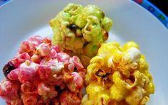 Palline di popcorn caramellati e colorati - Ecco le palline di popcorn caramellati e colorati per i bambini per una festa di Carnevale. Sono dei dolci per il martedì grasso o per i periodo di carnevale da preparare anche per merenda.