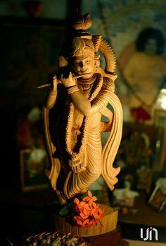 """.Deus tem muitos nomes e um deles é Krihsna. Significa """"Todo Atrativo"""". Não existe nada tão atrativo quanto Krishna."""