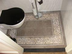 Toilet met patroonvloer met rand, prachtige klassieke toiletpot met bijbehorende zwarte bril met deksel