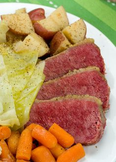 An Irish meal for Saint Patrick's Day - slow cooker corned beef and cabbage Recipe. This is the easiest way to cook it with tons of flavor Beso de Vino Selección Corn Beef And Cabbage, Cabbage Recipes, Meat Recipes, Crockpot Recipes, Dinner Recipes, Cooking Recipes, Recipies, Cornbeef And Cabbage Crockpot, Lamb Recipes