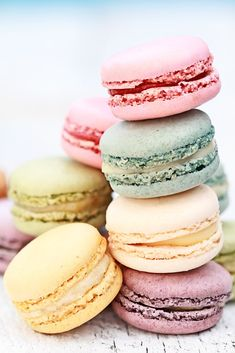 French Macarons - The Preppy Hostess Small Desserts, Great Desserts, Köstliche Desserts, Delicious Desserts, Macaron Wallpaper, Cake Wallpaper, French Macaroons, Macaroons Flavors, Starbucks Recipes