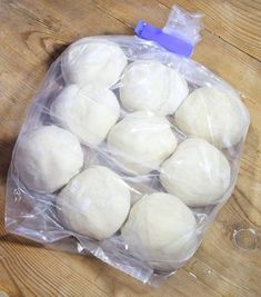 Lägg de frysta degfrallorna i plastpåsar och lägg dem i frysen. Bread Recipes, Cookie Recipes, Dessert Recipes, Desserts, Food N, Good Food, Food And Drink, Bagan, How To Make Bread