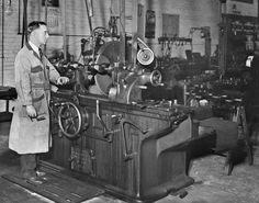 Scenes From Another Time – A Busy Auto Machine Shop Heavy Equipment Mechanic, Vintage Cars, Vintage Photos, White Tractor, Garage Repair, Filling Station, Tool Shop, Old Tools, Machine Tools