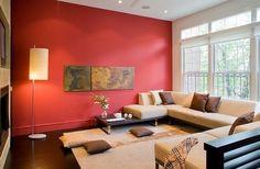 Salon minimaliste avec un mur rouge