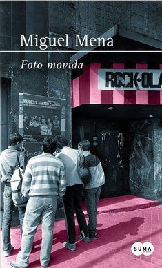 1983. Un Madrid en ebullición. La sala Rock Ola a pleno rendimiento, llena de grupos intentando hacerse un hueco a un lado y al otro del escenario, las discográficas, las promesas, las maquetas, las chicas monas, los artistas, la descarada juventud, la creatividad, las drogas y el consumo inconsciente, la experimentación, las tribus reales de aquel Madrid, los rumores de esa extraña enfermedad que afectaba a los homosexuales y a los drogadictos.