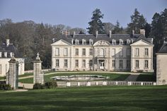 Mansions and Estates Beautiful Architecture, Beautiful Buildings, Beautiful Homes, Neoclassical Architecture, Mega Mansions, Fontainebleau, Grand Homes, Marquise, Big Houses