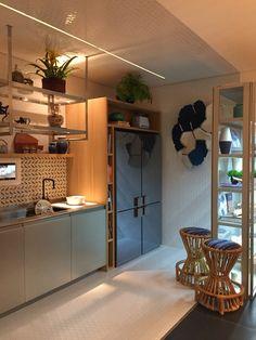 Cozinha do projeto de Marina Linhares. #armário #banqueta #marcenaria #geladeira