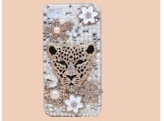 Purrr...deze luipaard in Bling en bloemetjes phone case omringd door strass steentjes, bloemetjes en pearls. Dit katje beschermt je Apple Iphone 5C met een trendy bling stijl! Just pimp your phone with this bling bling