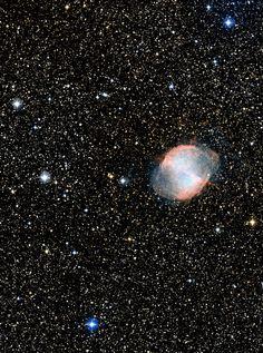 Der blaue (Exo-)Planet:  Astronomen gelingt mit Hubble erstmals die Farbbestimmung einer fernen Welt. Abb.: HD 189733, der gelbe Zwergstern am linken Bildrand, ist mit nicht einmal achter Größe schon für Amateurfernrohre ein leichtes Ziel. Er liegt unweit des berühmten Hantelnebels, Messier 27, im Sternbild Füchschen. (Bild: NASA / ESA / DSS2 / D. De Martin) http://www.pro-physik.de/details/news/5008561/Der_blaue_Exo-Planet.html