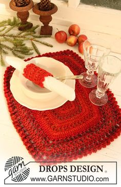 "Crochet DROPS table mat and serviette ring in ""Delight"" and ""Alpaca"" for Christmas. ~ DROPS Design"