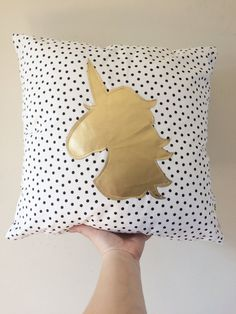 Gold Unicorn White and Black Dots Pillow Cover von Cyandegre