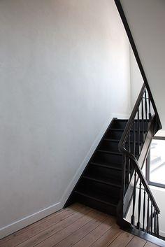 Het Atelier - Interieur (Hooglede, West-Vlaanderen) | project: RECOLLETTENSTRAAT Black Staircase, House Staircase, Hall Flooring, Flooring For Stairs, Hallway Inspiration, Interior Inspiration, Interior Stairs, Interior Design Living Room, Minimalist Architecture