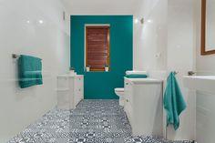 Przepiękna lazurowa nowoczesna łazienka. Inspiracja pochodzi ze strony: http://domifikacje.pl/metamorfozy/jasna-lazienka-vs-kolorowa/