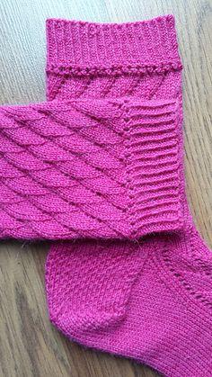 Alexandria-sokker. Sokker med et enkelt bølgemønster. De strikkes ovenfra. Det er et fint grundmønster på sokker. Her i uld med nylon (strømpegarn) på pinde 2½ mm.
