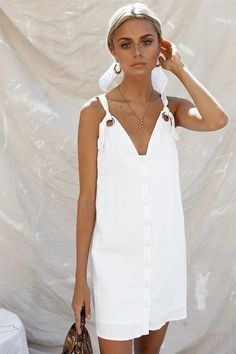 The Barca Dress is made from a lightweight linen blend fabric in an off white hue. By Sabo Skirt. Style Outfits, White Outfits, Summer Outfits, Summer Dresses, Moda Chic, Sabo Skirt, Little White Dresses, Linen Dresses, Dresses Dresses