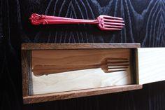 Tenedor al lado de su caja.