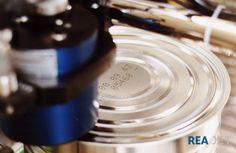 Foto: REA JET - Großschrift Tintenstrahldrucker - Beschriftung von Konservendosen mit der Artikelbezeichnung sowie dem Herstell- und Verfallsdatum