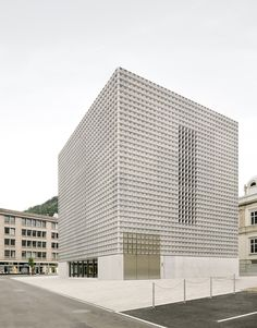 in the swiss city of chur, estudio barozzi veiga has completed an extension to villa planta – a museum dedicated to fine arts. the addition will accommodate the bündner kunstmuseum and at the sam. Design Exterior, Facade Design, Museum Architecture, Architecture Design, Museum Of Fine Arts, Art Museum, Lisbon Aquarium, Concrete Facade, Small Buildings