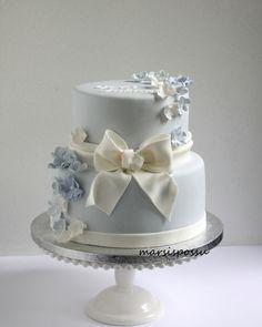 Kukkasin koristeltu kakku ristiäisiin