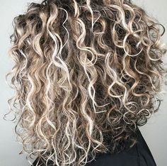 Is there anything more satisfying than a gorgeous dimensional naturally-kissed-by-the-sun head of curls? Especially after seeing these rooty blonde balayage curls from Kesli Jo Curly Hair Styles, Ombre Curly Hair, Colored Curly Hair, Haircuts For Curly Hair, Hairstyles With Bangs, Medium Hair Styles, Natural Hair Styles, Natural Curls, Short Permed Hairstyles